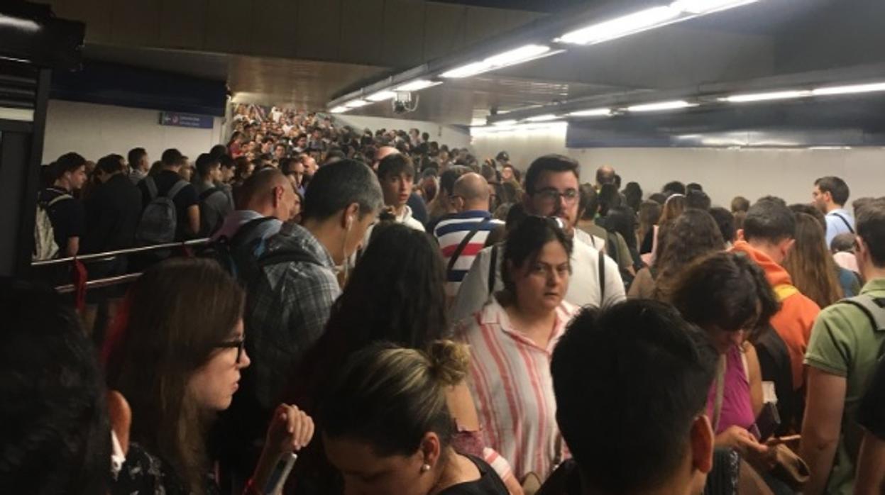 Hacinados en el Metro de Madrid: «¡Qué vergüenza. Algún día habrá una desgracia!»
