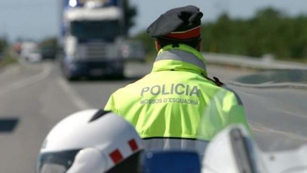 Agentes de los Mossos en las carreteras catalanas