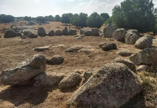 Son 50 piedras, algunas desplazadas por la corriente de un arroyo