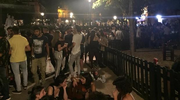 Cientos de jóvenes, la madrugada del pasado sábado, bebiendo en Malasaña