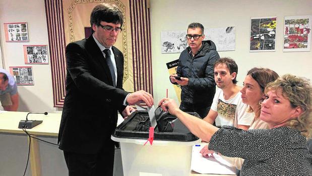 Puigdemont vota en el referéndum ilegal del 1 de octubre de 2017