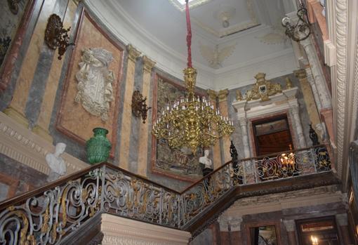 Escalinata con la barandilla que procede del Palacio de Bárbara de Braganza
