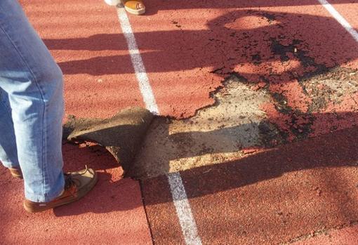Hay tramos donde asoma el cemento y supone un gran riesgo para los atletas