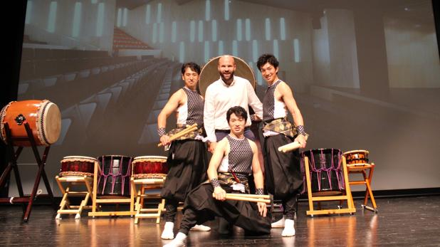 Carlos Linares con los hermanos Kanazashi en la presentación de su espectáculo