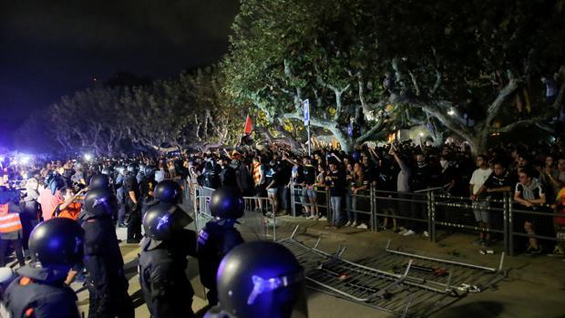 Cientos de independentistas intentan asaltar el cordón de seguridad del Parlament que defendían los Mossos
