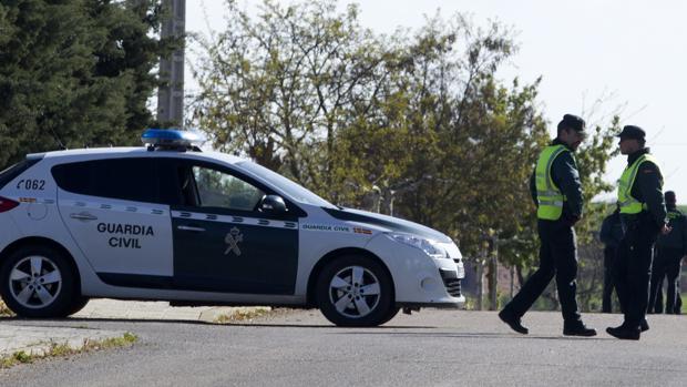 Foto de archivo de un vehículo y agentes de la Guardia Civil