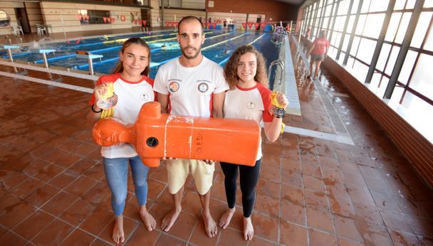 Miriam de Dios, Jorge Ortega y Emma Gómez, del Club Oriol Imperial de Toledo. Las dos junior, con las medallas logradas en el Europeo