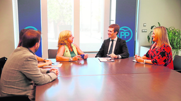 Pablo Casado y Marimar Blanco, durante la reunión con las asociaciones de víctimas del terrorismo