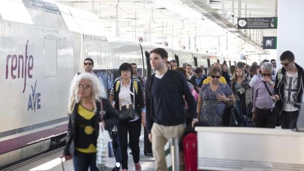 Viajeros de un tren AVE en la estación de Valencia