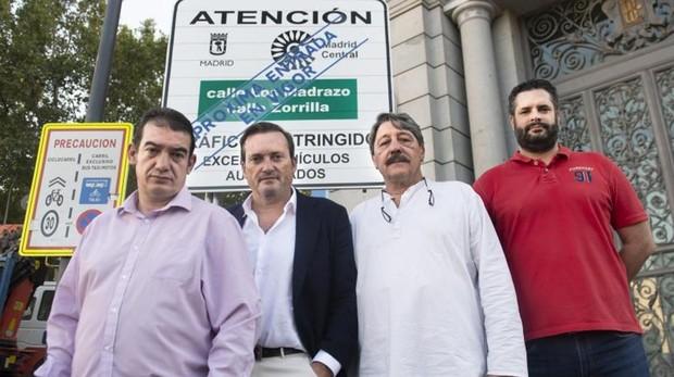 M. Barroso (Aedisma), J. Blardony (La Viña), P. Carmona (Las Letras) y A. Zamarra (Noche Madrid), frente un cartel de Madrid Central, en la Plaza de Cibeles