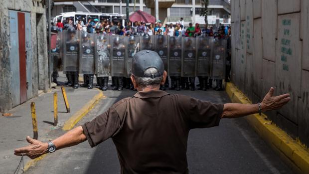 Un hombre protesta en Venezuela por la carestía y escasez de productos básicos