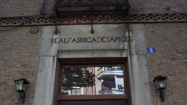 Puerta de entrada a la Real Fábrica de Tapices en la calle Fuenterrabía