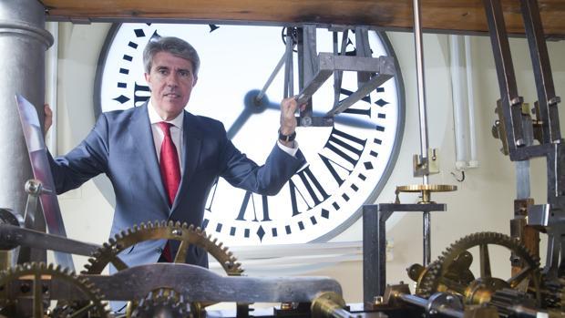 Ángel Garrido, tras la entrevista, posa en el reloj de la Puerta del Soll