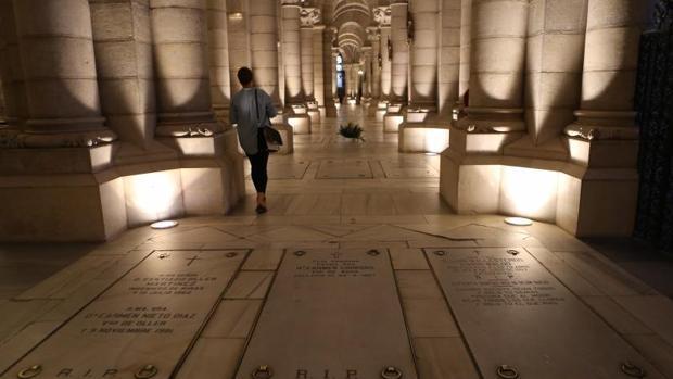 Las sepulturas se encuentran flanqueadas por 400 columnas de estilo neorrománico