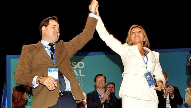 Cospedal levanta la mano de Núñez en señal de vicotoria