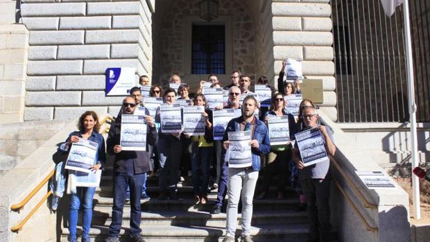 Los empleados de la Biblioteca de Castilla-La Mancha, a las puertas de la institución