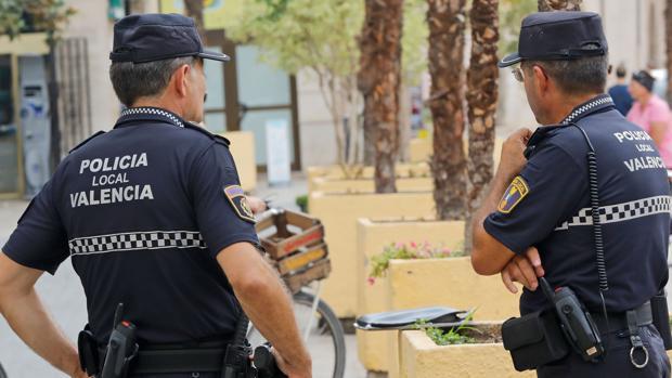 Imagen de archivo de dos efectivos de la Policía Local en Valencia