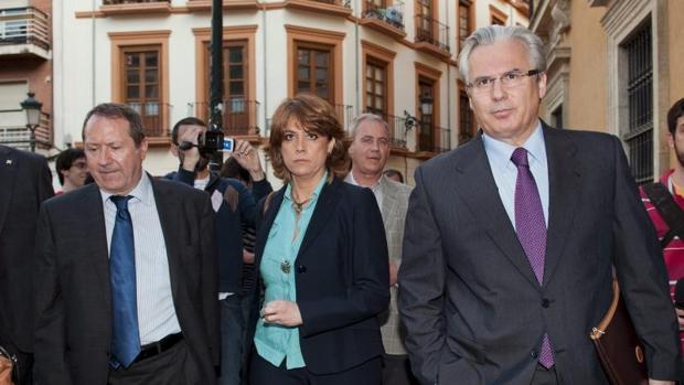 Baltasar Garzón junto a la ministra Lola Delgado