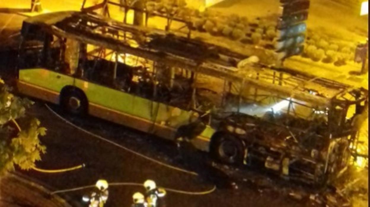 Salvaje incendio de un autobús con pasajeros en Leganés