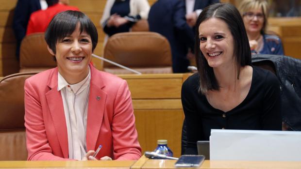 La portavoz nacional del BNG, Ana Pontón, y la diputada Olla Rodil este martes en sus escaños en el Hemiciclo