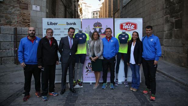 La alcaldesa Milagros Tolón con los organizadores de la carrera, este martes en la presentación de la camiseta