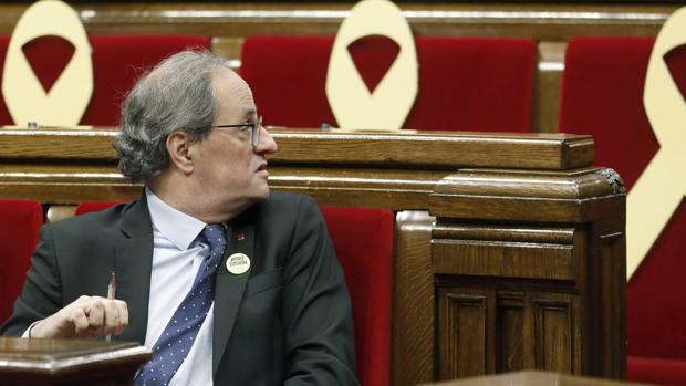 El presidente Quim Torra, rodeado de lazos amarillos en el Parlament