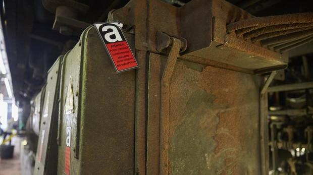 Uno de los trenes del Metro de Madrid en revisión para la retirada del amianto, cuya presencia está marcada con un distintivo rojo