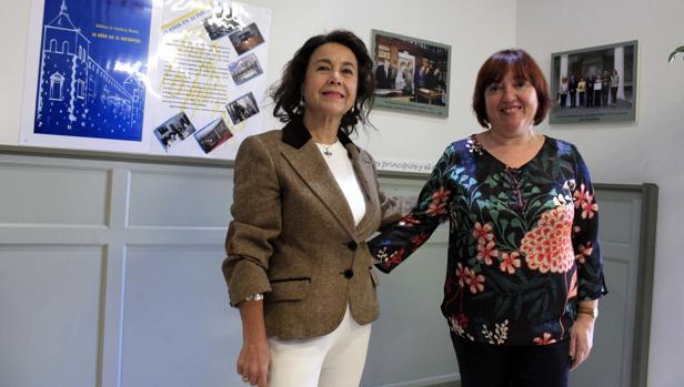 Mayte González Mozos, comisaria de la exposición «20 años en 32 instantes» con Carmen Morales, directora de la Biblioteca regional