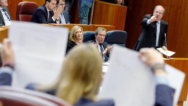 Herrera, visiblemente molesto, se dirige al portavoz de Podemos en las Cortes