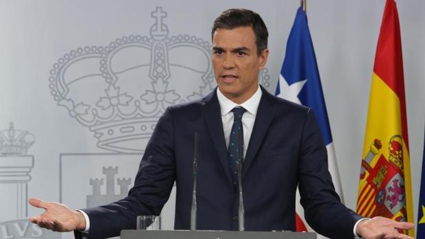 Pedro Sánchez dando explicaciones sobre por qué no irá al Senado a explicar su tesis, ayer en Moncloa