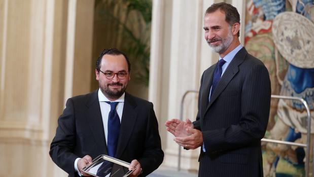 Don Felipe le entrega el premio a Ignacio Peyró en la Zarzuela