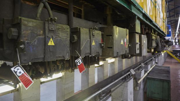 Uno de los convoyes del Metro que contienen elementos con amianto (señalados con una etiqueta roja y la letra «a»), en los talleres de mantenimiento