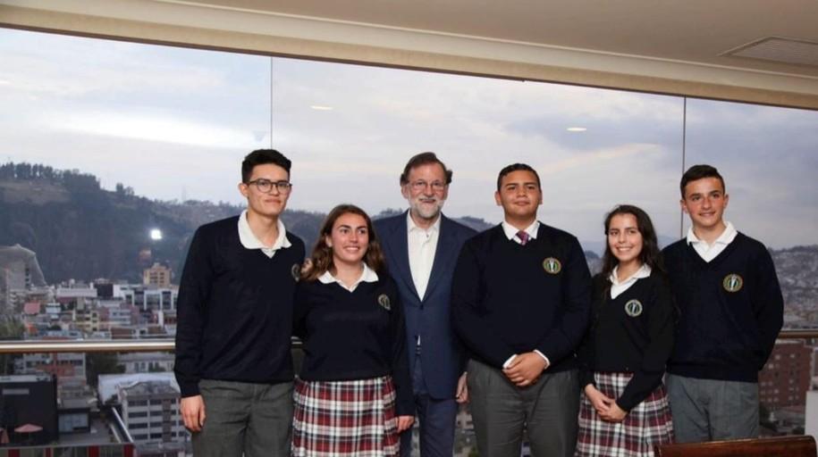 Rajoy elige para su primera entrevista tras el poder a unos niños de Quito: «Ahora soy muy feliz»