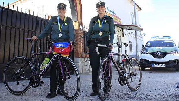 Gemma Paredes Trinidad y Beatriz Luis Piqueras, con sus bicicletas en el cuartel de Santa Olalla