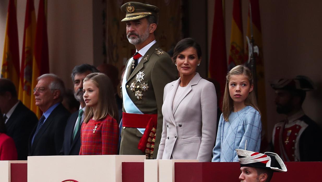 La Princesa hace visible su condición de heredera junto al Rey en el desfile
