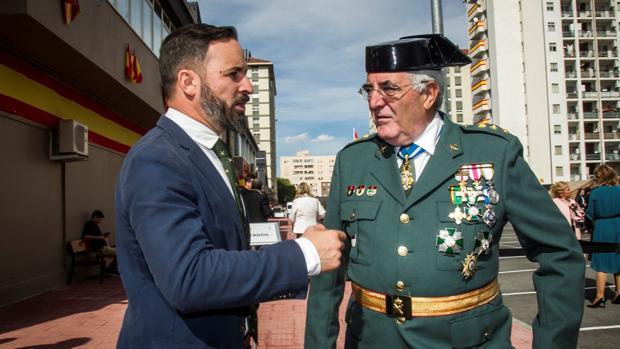 El líder de Vox, Santiago Abascal, saluda a la Guardia Civil en el cuartel vitoriano de Sansomendi