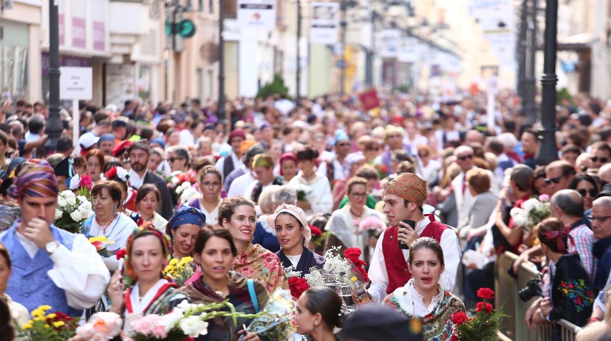 Más de 300.000 personas tejen el gigantesco manto floral de la Virgen del Pilar