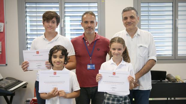 Los tres alumnos premiados en el Concurso de Música de Jóvenes Talentos de Caxton College junto al compositor Lucio Godoy y el profesor de Música Gerri Paci