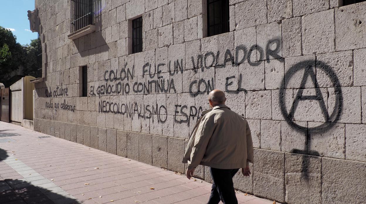 La Casa Museo Colón de Valladolid amanece con varias pintadas contra el descubridor y la Fiesta Nacional