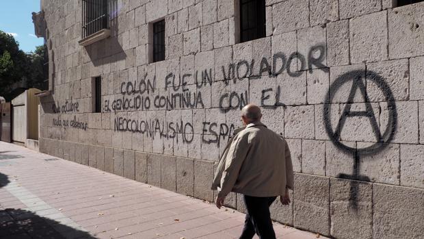 La Casa Museo Colón amanece con pintadas contra la Fiesta Nacional