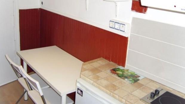 Cocina y entrada de uno de los pisos que se alquila en Internet