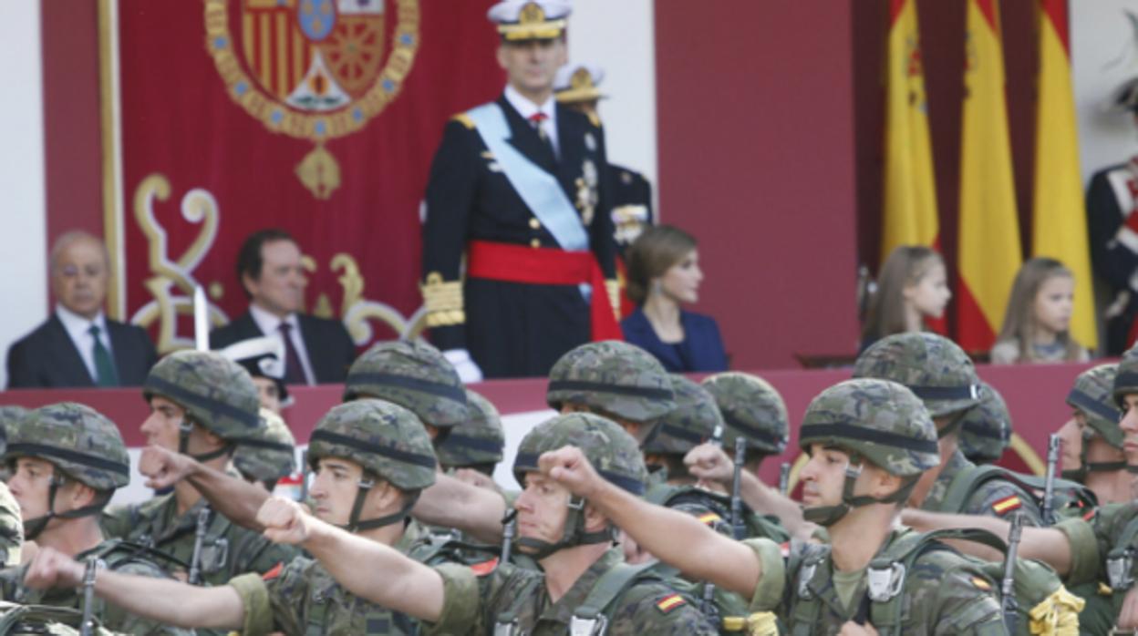 El desfile del 12-O rinde homenaje al 175 aniversario de la Bandera Nacional