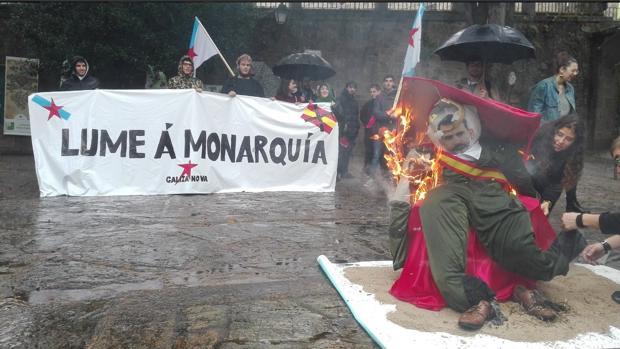 Imagen de la quema del muñeco con el rostro del Rey, este viernes, en Santiago