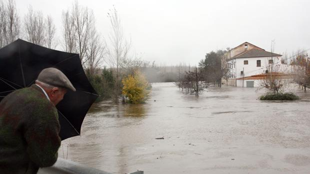 Un hombre observa el desbordamiento el río Águeda, a su paso por Ciudad Rodrigo, en una imagen de archivo