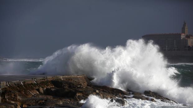 Olas en el litoral de La Coruña, una de las provincias más afectadas