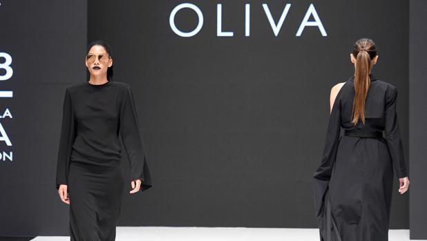 Dos modelos desfila con diseños de Juanjo Oliva en Burgos