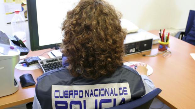 Agente policial investiga un ordenador sospechoso de albergar contenido sexual
