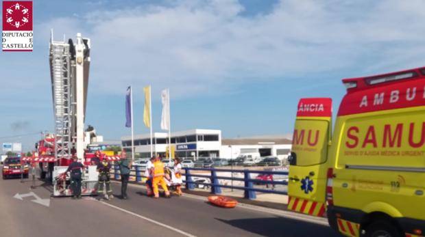 Uno de los rescates, este jueves en Vinaroz, tras precipitarse una mujer con su coche desde un puente de cinco metros