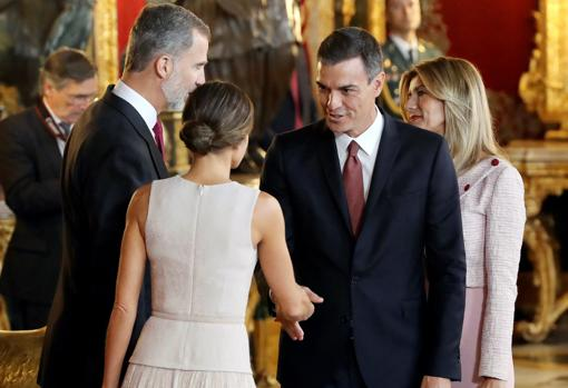 Sánchez y su esposa saludan a los Reyes