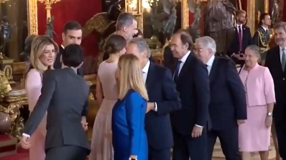 Sánchez y su esposa se equivocan e intentan recibir con los Reyes a los invitados en el Palacio Real